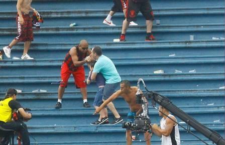 Em meio a briga de torcidas de Atlético-PR e Vasco, pai protege filho e pede para não tocarem nele