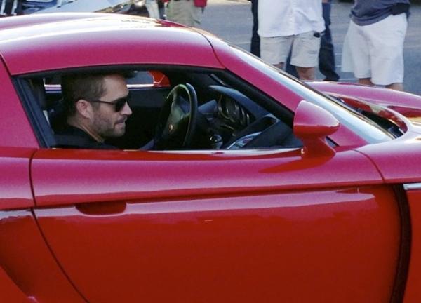 Fotos mostram Paul Walker em Porsche antes de carro colidir com poste e árvore e pegar fogo