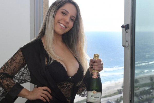 Melão sai do subúrbio e vai morar em frente à praia: ?A cara da riqueza?