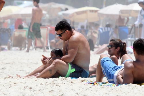 Noiva de Ronaldo brinca com filho do ex-jogador em dia de praia no Rio;foto