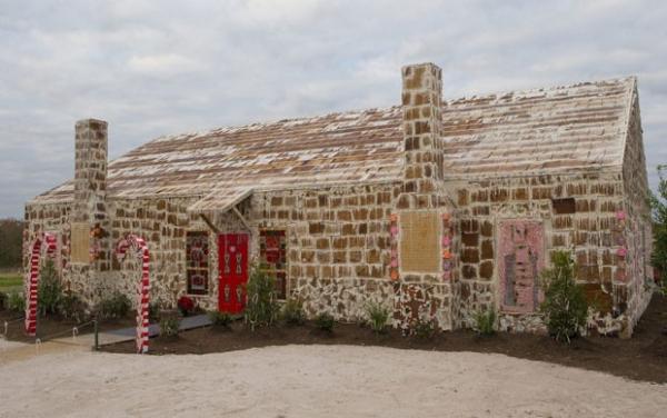 Voluntários constroem casa feita de biscoitos de 35,8 milhões de calorias