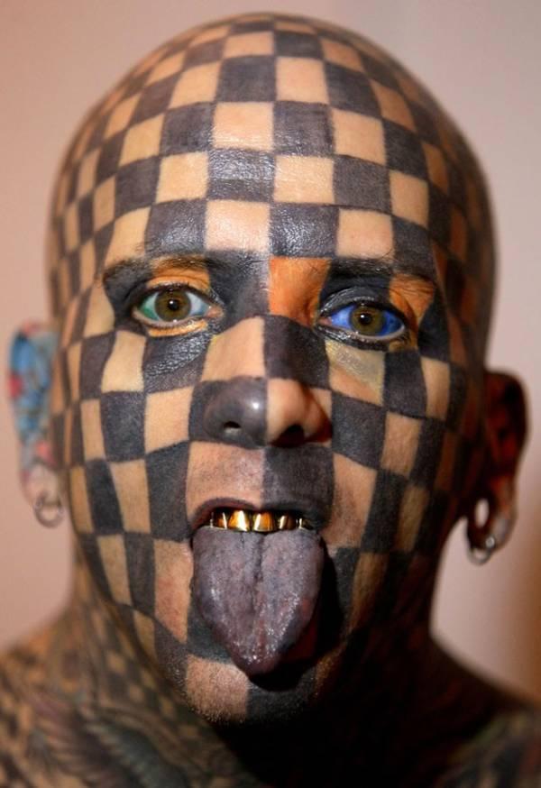 Americano faz tatuagem na cabeça que lembra tabuleiro de xadrez