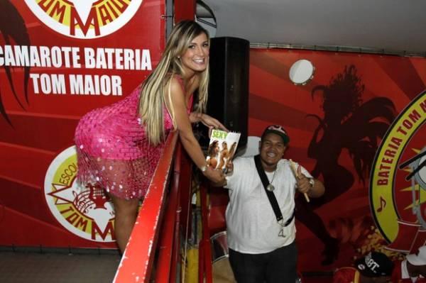 Andressa Urach capricha na empinadinha para dar autógrafo