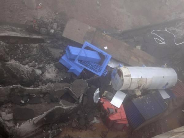Explosão em carga de fogos na China derruba ponte e veículos despencam