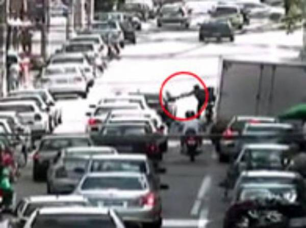 Homem que jogou bomba em ônibus pode ser o que atacou casal