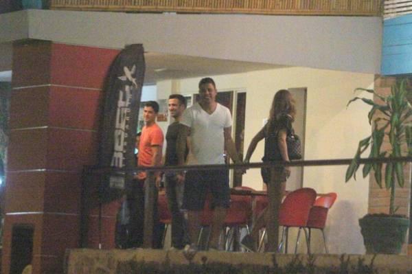 Inseparáveis! Ronaldo é só sorrisos com a nova namorada em jantar