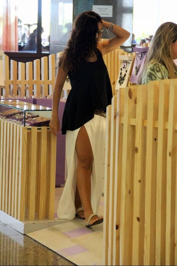 Juliana Paes exibe barriguinha de gravidez, mesmo com blusa larga