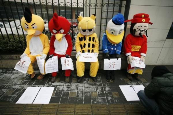 Operários protestam fantasiados de Angry Birds, Garfield e Pato Donald