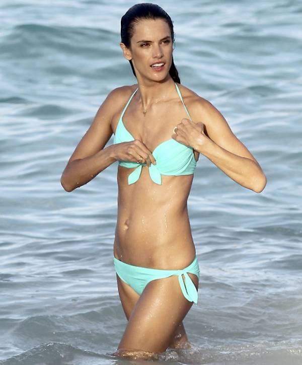 Ops! Alessandra Ambrosio abaixa e acaba mostrando demais em ensaio de biquíni