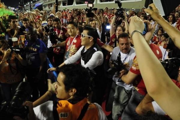 Depois de bombar em Salvador, Psy curte carnaval na Sapucaí e se empolga com rainha de bateria