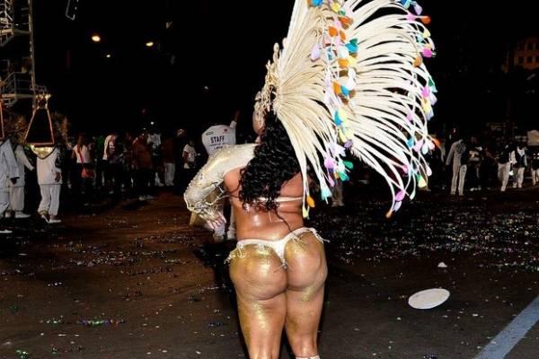 Passista da escola Caprichosos de Pilares exibe bumbum bizarro na Marquês de Sapucaí