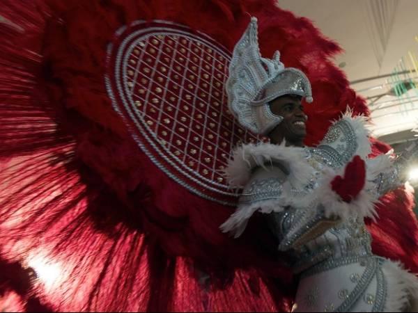 Veja fotos do tradicional Concurso de Fantasias de luxo na Zona Sul do Rio