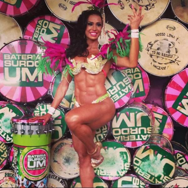 Gracyanne Barbosa exibe barriga sarada antes do desfile: