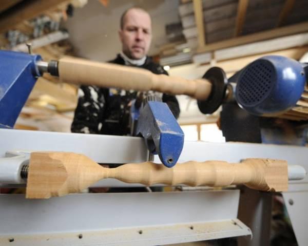 Marceneiro francês fabrica brinquedos sexuais de madeira