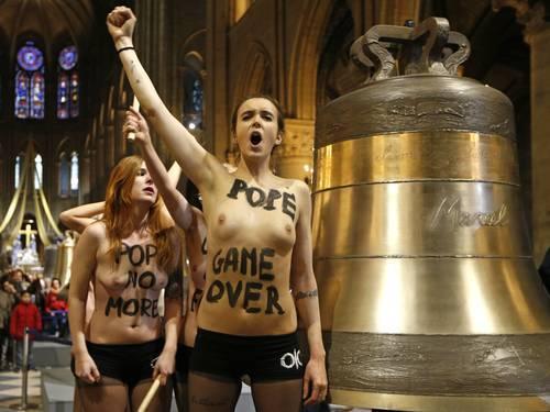 Ativistas do Femen invadem igreja e comemoram renúncia do Papa