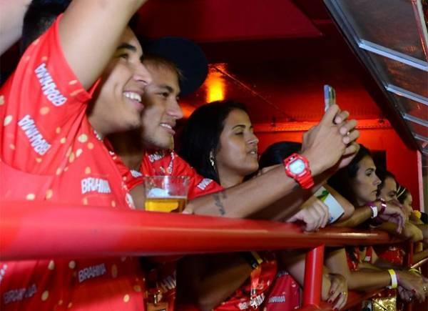 Bruna Marquezine desfila e é assistida de perto pelo namorado, Neymar