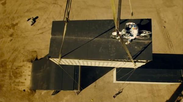 Dublê de James Bond, piloto faz exibição tensa e se joga a mais de 30m