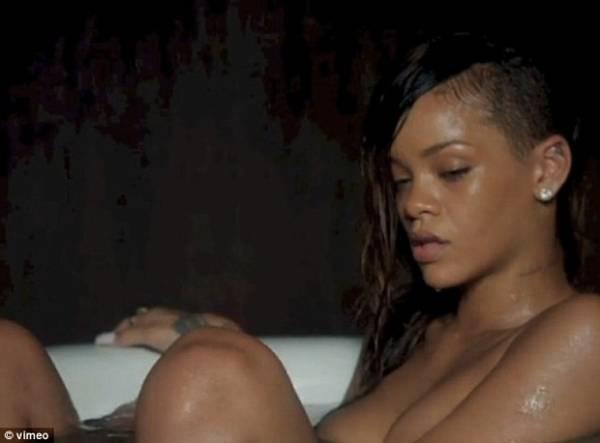 Sem maquiagem e nua, Rihanna aparece na banheira em novo clipe