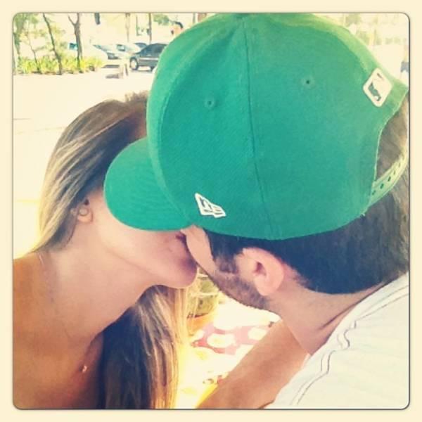 Adriana posta foto aos beijos com Rodrigão