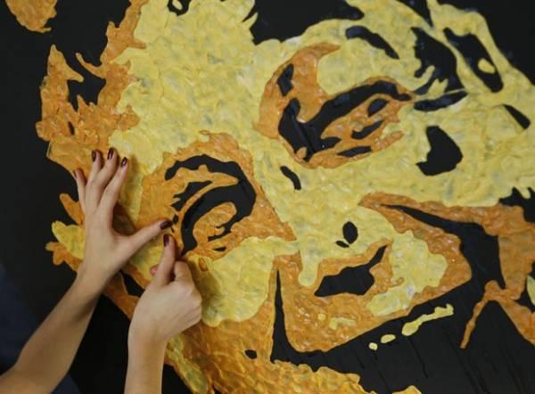 Artista usa chicletes mascados para criar retrato de técnico de futebol