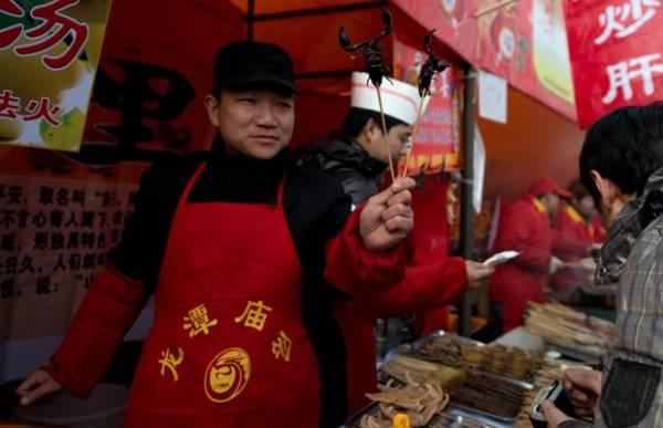Escorpião no espeto é vendido em Pequim nas festas do ano novo lunar