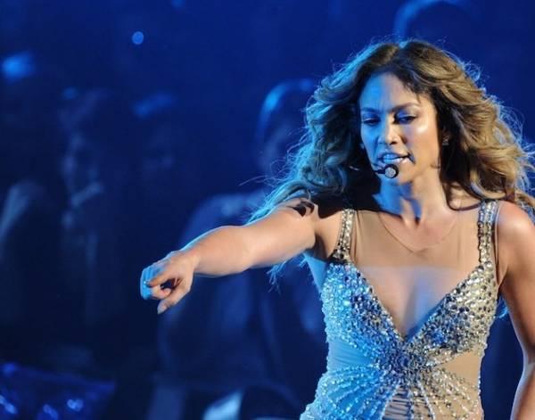 Jennifer Lopez lança linha de roupas que ajudará no combate ao câncer de mama