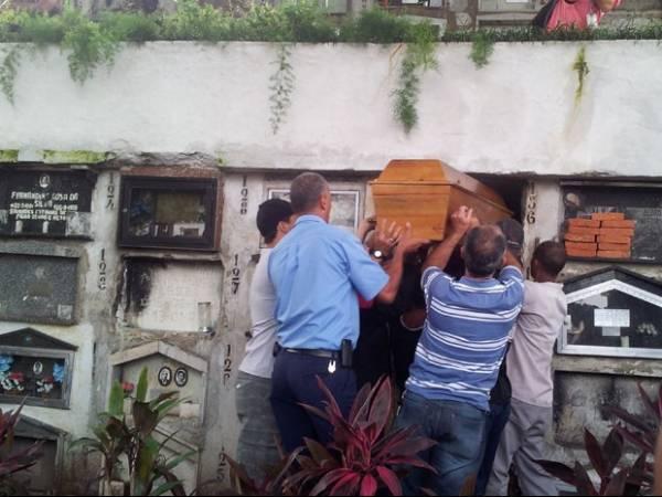 Mãe sai de hospital sem alta médica para enterrar filha que morreu eletrocutada