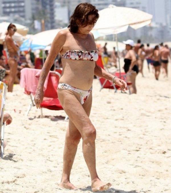 Aos 71 anos, Betty Faria usa biquíni em praia carioca