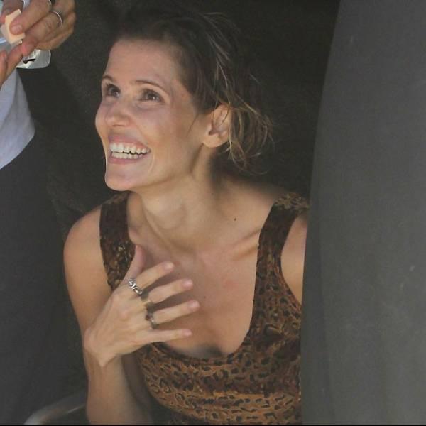Deborah Secco assusta pela magreza e exibe só