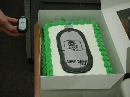 Doceira não entende pedido de cliente e enfeita bolo com foto de pendrive