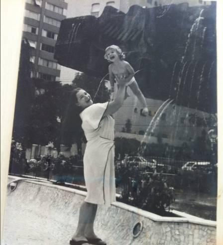 Mãe de Luana Piovani exibe fotos da atriz bebê