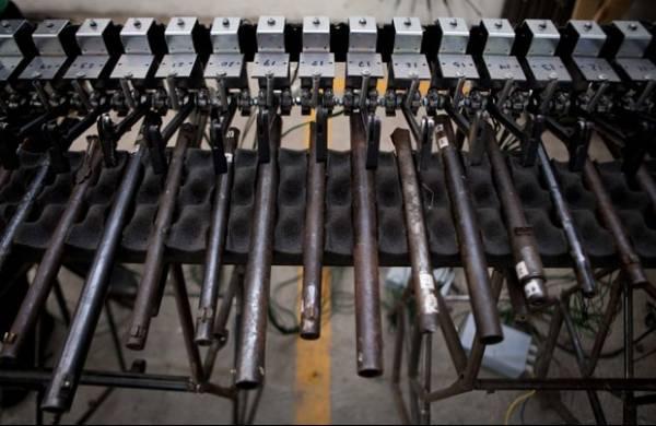 Artista cria instrumentos musicais usando partes de armas apreendidas