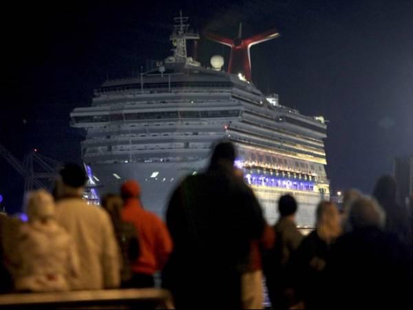 Cruzeiro chega aos EUA após ficar à deriva com mais de 4 mil pessoas