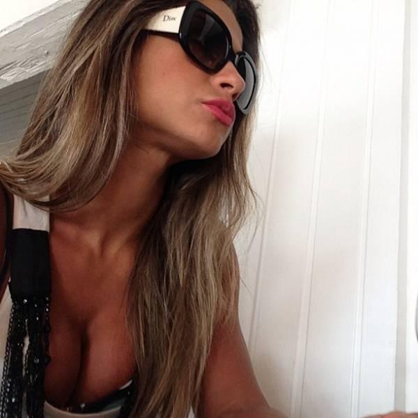 Decotada, Mayra Cardi faz pose para foto