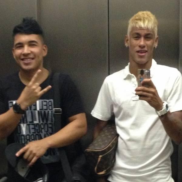 Neymar aparece ainda mais loiro