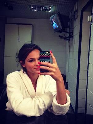 Bruna Marquezine posta foto de roupão antes de gravação