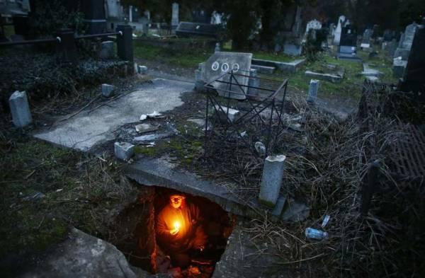 Homem endividado perde a casa e vai morar em sepultura
