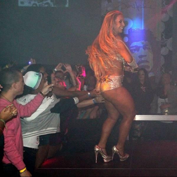 Valesca Popozuda exibe bumbum estranho em turnê pela Europa