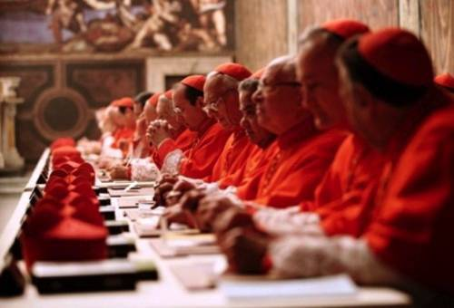 Cardeal relacionado a casos de pedofilia participará de escolha do novo papa