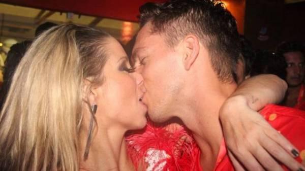Casais apaixonados beijam muito em camarote da Sapucaí; confira fotos