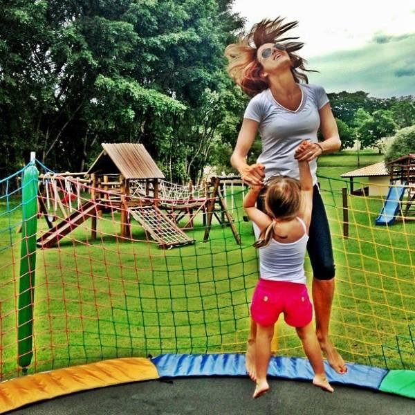 Ticiane Pinheiro posta foto brincando em pula-pula com Rafaela Justus