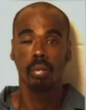 Americano dá soco em policial ao ser solto e volta para a cadeia