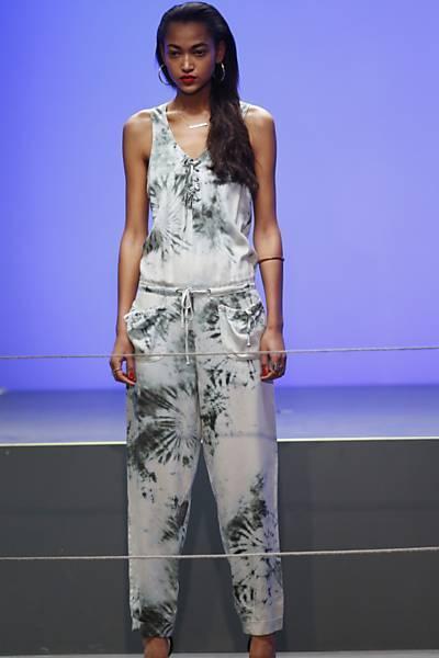 Cantora Rihanna estreia como estilista em Londres; veja roupas desenhadas por ela
