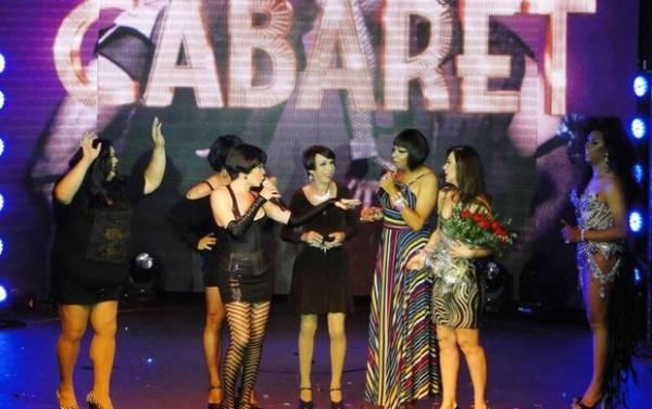 Claudia Raia curte noite em boate gay com colegas de espetáculo