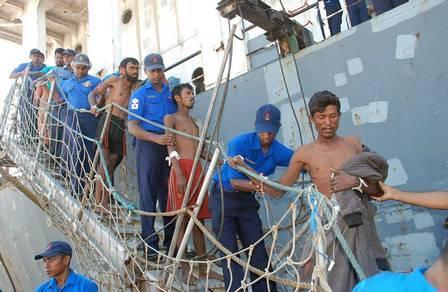 Refugiados são resgatados no mar após 21 dias sem comida