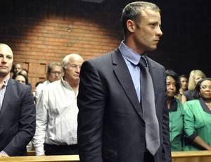 Aos prantos, Pistorius nega crime, mas segue preso após 1ª audiência