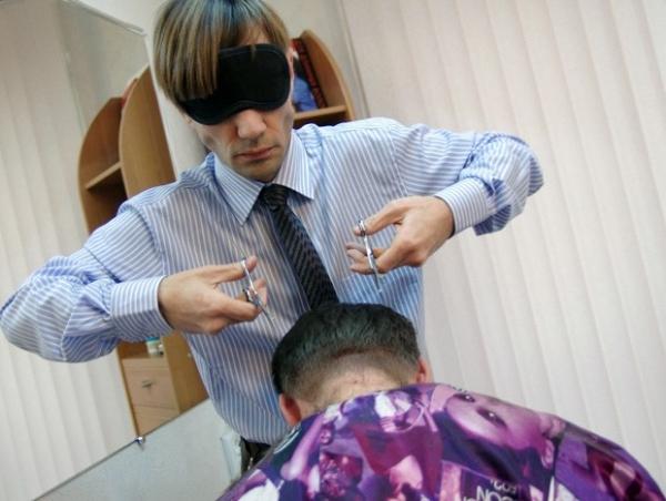 Cabeleireiro que corta vendado atrai clientes em salão na Ucrânia