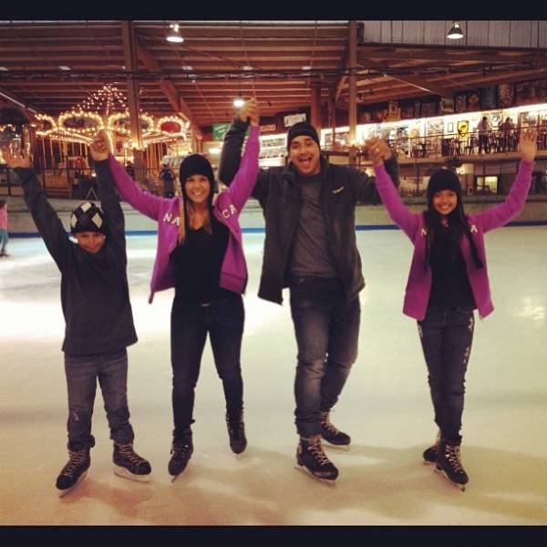 Carla Perez e Xanddy patinam no gelo  com os filhos durante as férias