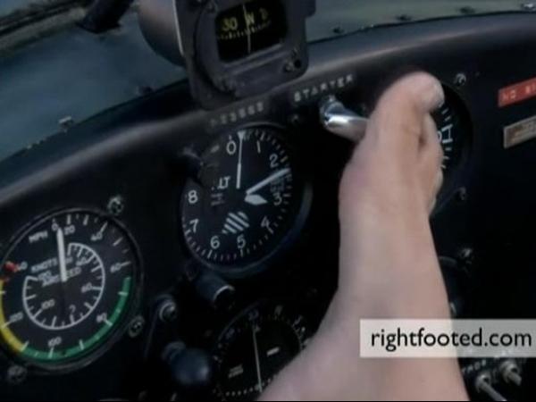 Jovem sem braços aprende a pilotar e dirigir com os pés