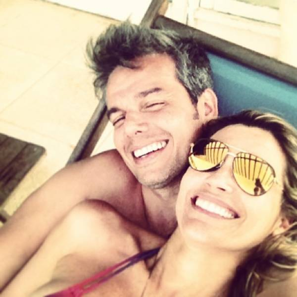 Otaviano Costa brinca em foto abraçadinho  com Flávia Alessandra